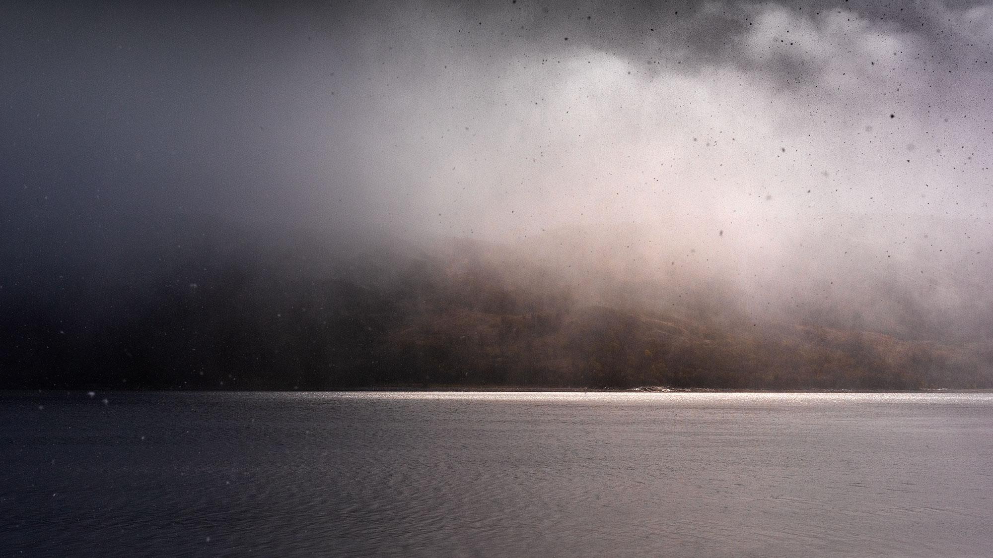 Lac d'Ecosse enveloppé de brouillard.