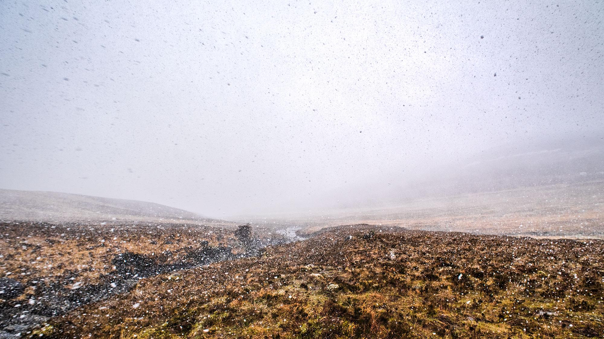 Chutes de neige aux Fairy Pools sur l'Île de Skye.