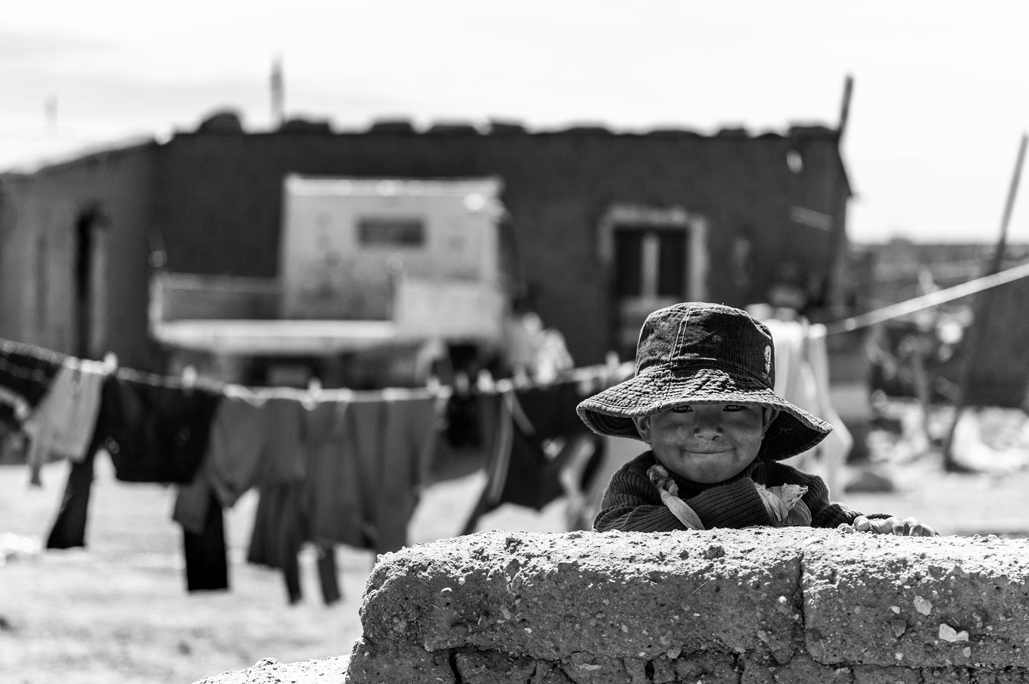 Photographie d'un petit enfant dans un village bolivien.