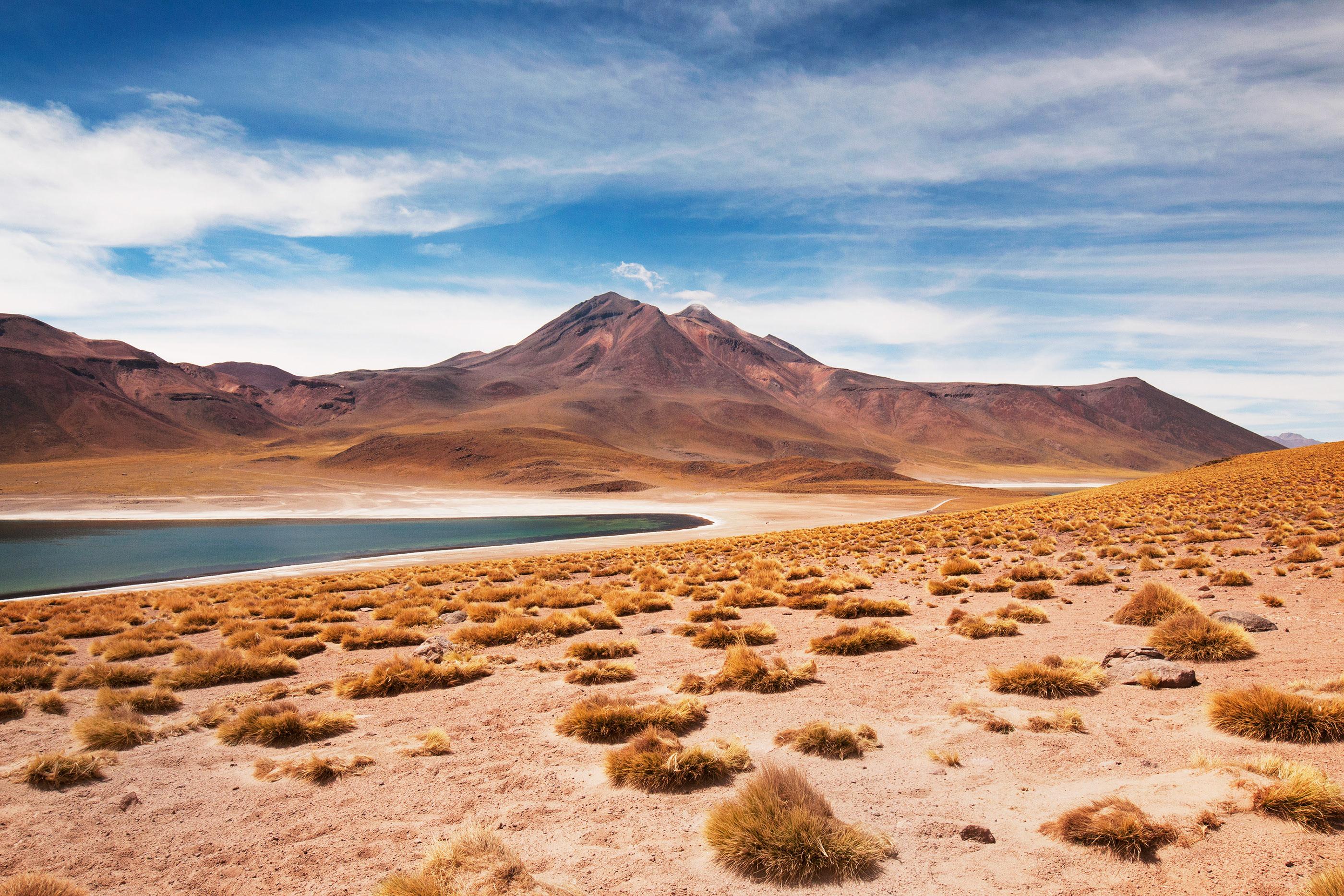 Photo en couleur d'un lac d'altitude près de San Pedro de Atacama, au Chili.