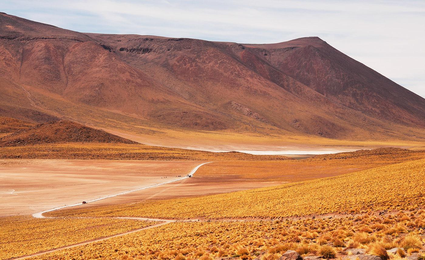 Photo d'une route passant à travers l'altiplano chilien.