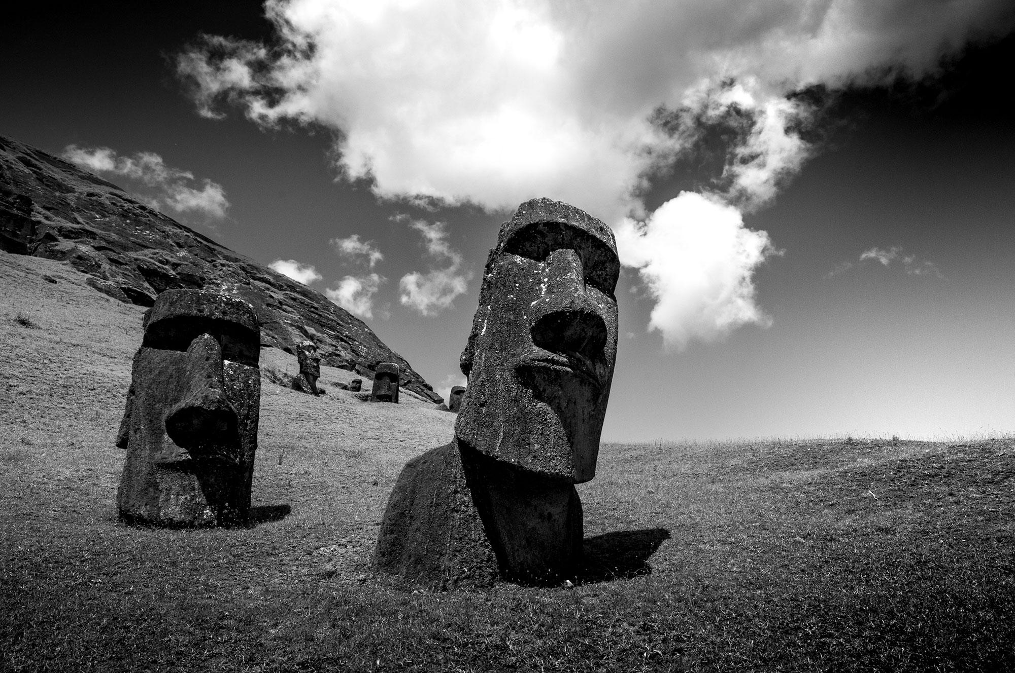 Photographie en noir et blanc de l'Île de Pâques.