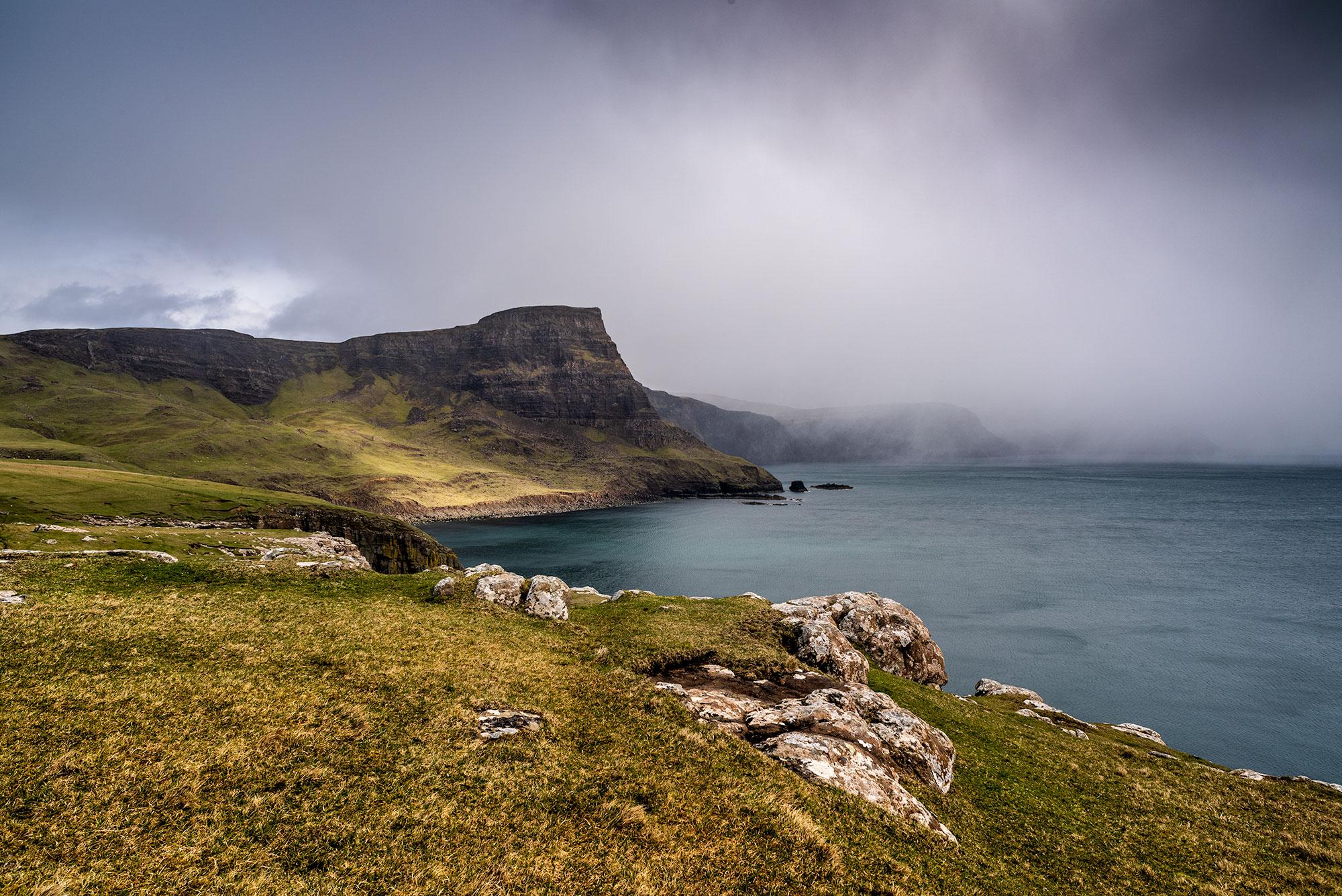 Photo des falaises d'Ecosse sous la pluie.