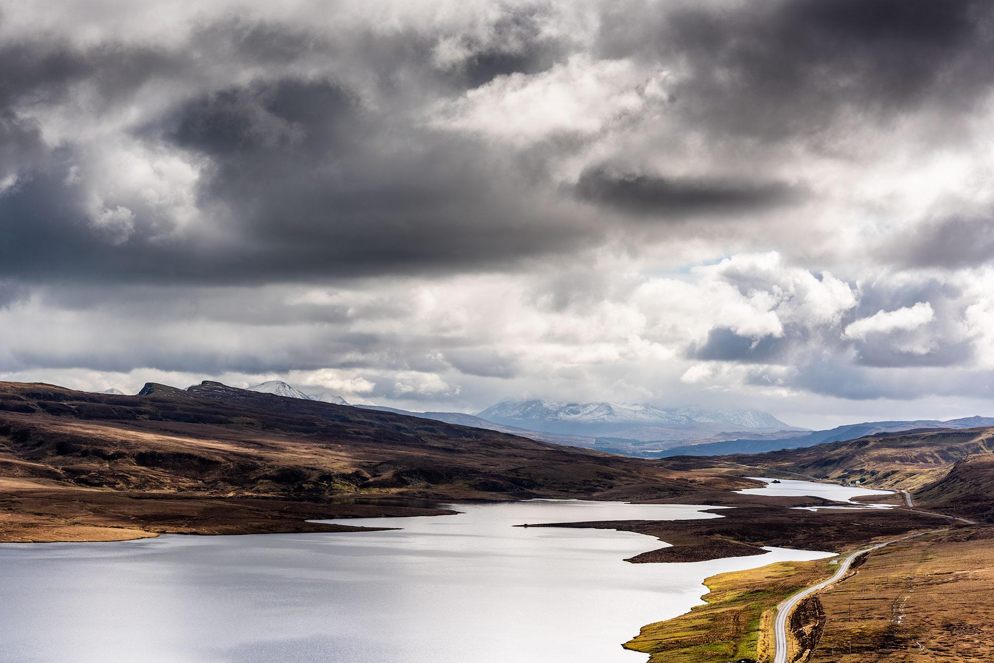 Photo d'un loch écossais, sous un ciel orageux.