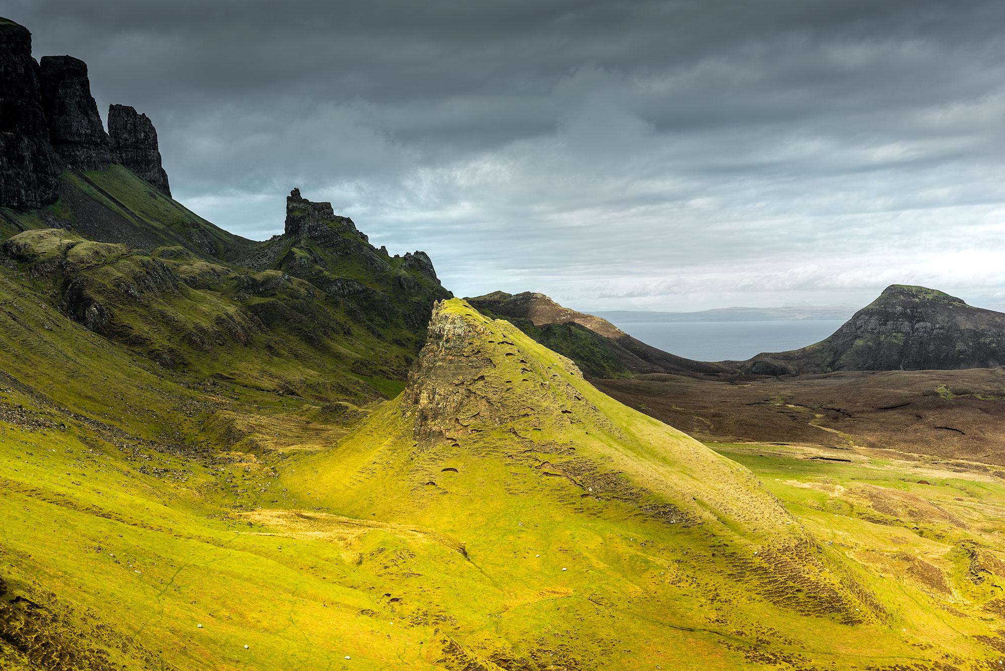 Photo en couleur des collines du Quiraing de l'Île de Skye.