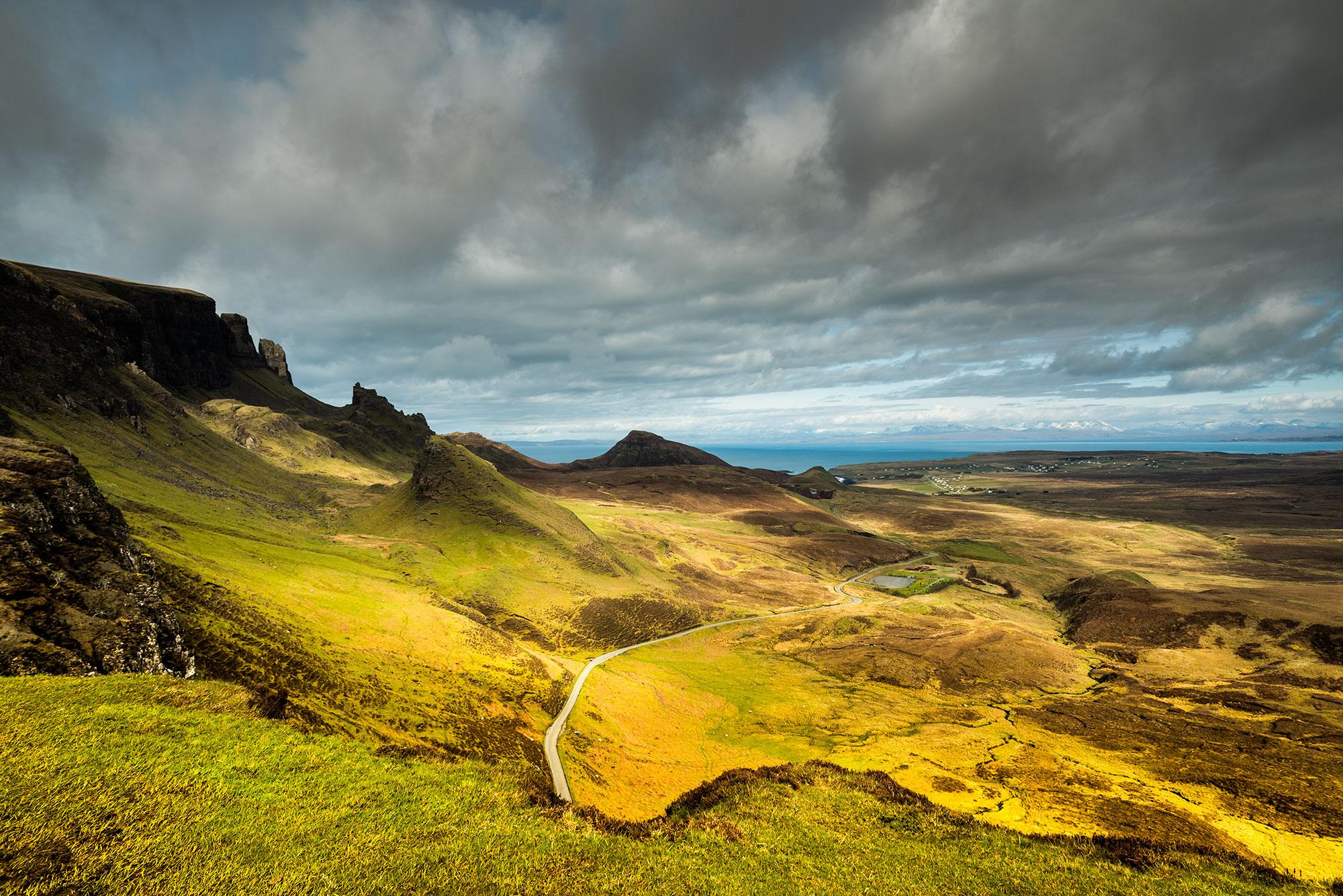 Photo de la route qui traverse les paysages du Quiraing de l'Île de Skye.