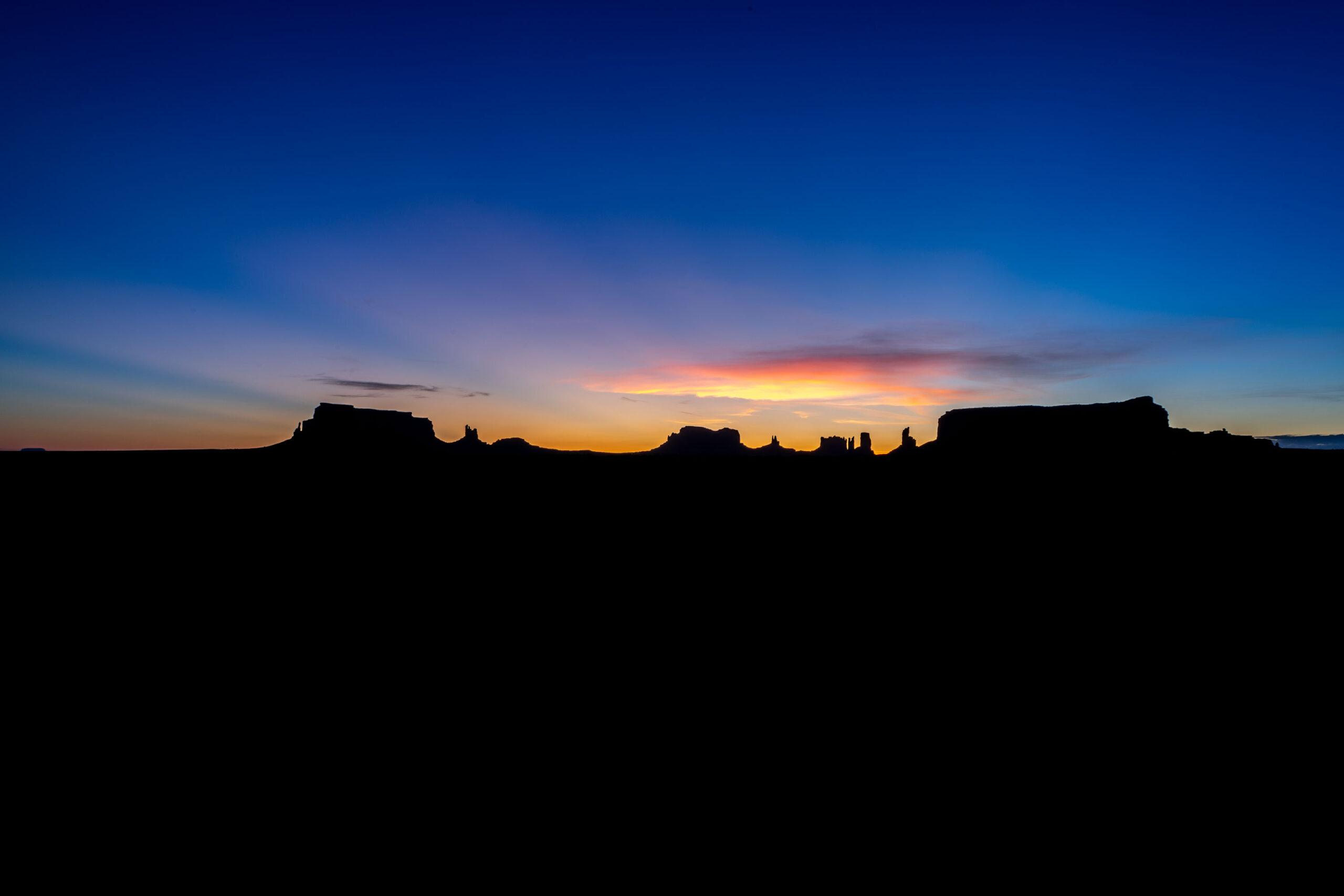Sunrise landscape photography of Monument valley taken by Jennifer Esseiva.